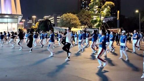 实拍:四川成都3男子跳广场舞,动作太妖娆了,背景音乐真好听