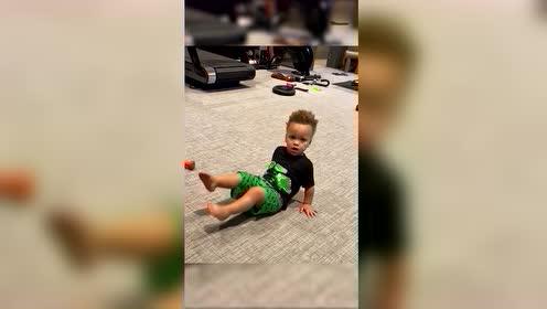 库里特训儿子太萌了!小卡侬俯卧撑高抬腿有模有样