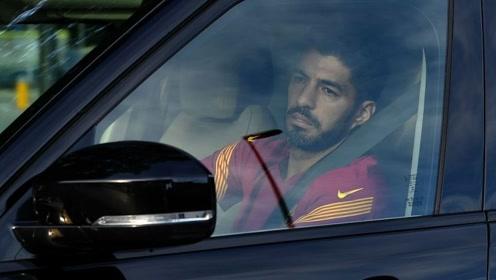 满脸的不舍!苏亚雷斯驾车离开巴萨训练场时落泪