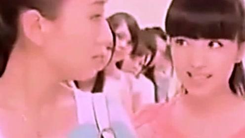 女人内急搞笑视频短片 美女机智解决