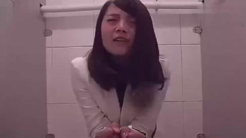 大美女拉稀着急上厕所发现没带纸,竟这样展开