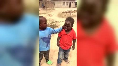 爆笑:非洲的黑人小孩打架  网友:这招太绝了
