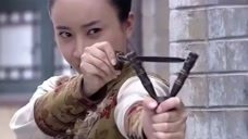 土匪大街上行凶作恶,不料恰好被姑娘碰上,瞄着脑袋瓜就是一弹弓