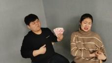 小情侣在饭店吃饭,谁知富二代用钱诱惑美女,女友的做法太赞