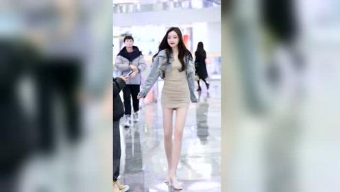 街拍美女小姐姐,身材可真不赖,这打扮有点性