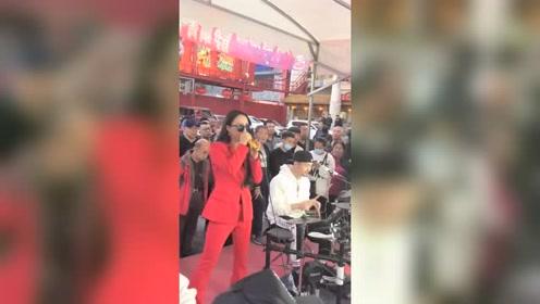 街头偶遇唱歌的美女,十分有气质,她一开嗓就吸引一片观众