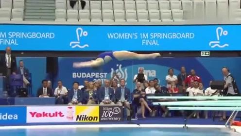 女子跳水比赛,英国美女入水失误,跳完后教练上场安慰
