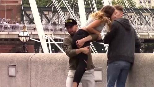 恶搞路人:将路人女友抱起就跑,她的男友是什