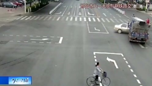 三輪車闖紅燈撞上摩托,二輪的沒什么事,三輪的卻摔了個慘!