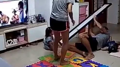 宝宝面临危险的瞬间,爸爸飞身一跃秒变超人,幸好没有伤害到孩子!