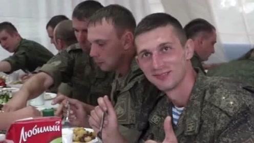 外国军人吃到中国美食后,竖起大拇指赞不绝口,脸上露出了幸福的笑容!