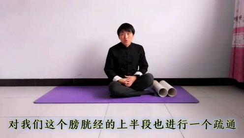 每天滚动下肢后侧20下,疏通经络,缓解生活压力,放松身心