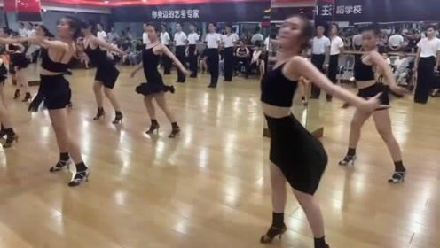 跳拉丁舞的小姐姐一个个的身材太火辣了,气质也是没谁了!