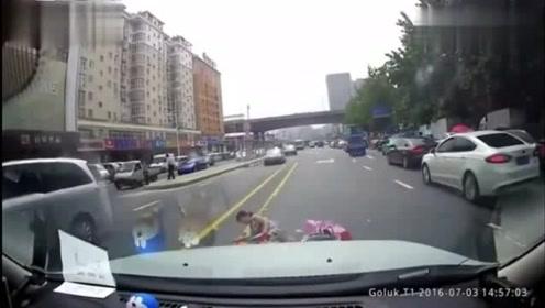 再牛的老司机都怕电动车,视频拍下这样的画面!