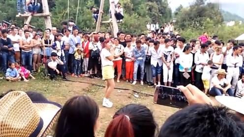 朱之文女儿又火了,在村头翻唱《套马杆》,引来村民围观聆听!