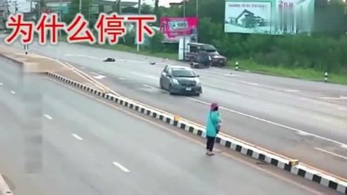 """大妈路边等人,行驶的小车突然停下,监控拍下让大妈""""可怕""""的瞬间!"""