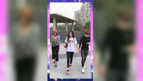 走路玩手机,女朋友都牵错了,妹子你也太配合了吧