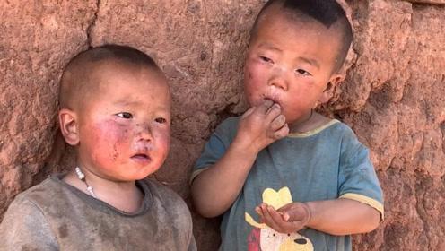 贫困山区彝族小朋友,玩的地方破烂不堪,拿到新玩具开怀大笑起来