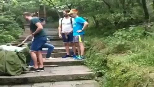 老外来中国旅游看见了挑山夫,没想到老外也想体验一下,估计要憋出内伤了!
