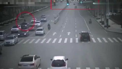 广东三轮车横穿马路,不管不顾直接冲,最后就为此付出惨痛的代价