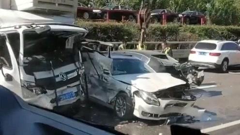 车身遭压瘪碎裂!G1京哈高速沈阳方向多车连撞,现场惨不忍睹!
