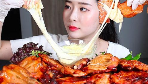 美食二倍速:小姐姐吃芝士烧鸡,搭配青菜辣椒,蘸芝士酱,超好吃