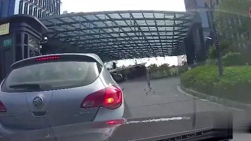 半挂车司机强行并线,视频车师傅预判失误,悲剧一触即发
