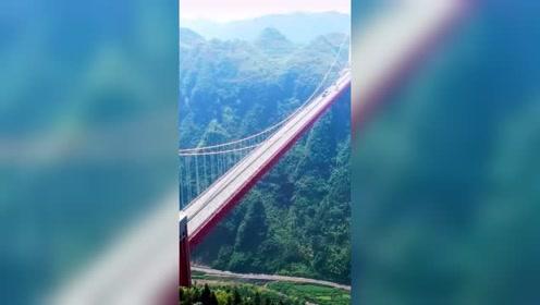 湖南矮寨大桥,主跨为1176m,创造了四项世界第一,大国建设!