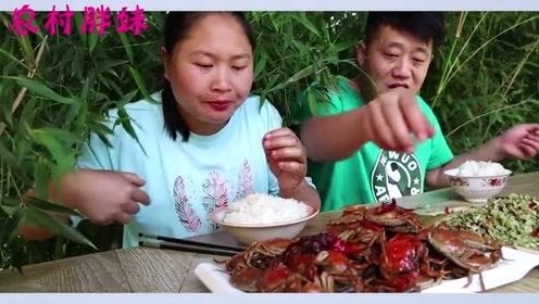 胖妹带大洋吃河鲜,每人60只吃过瘾,自从大洋上缴工资,顿顿吃得香