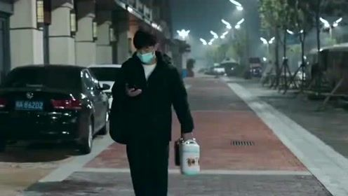 大连小伙在武汉街头听居民唱的民谣,回头看看空荡的街道,瞬间泪目了!