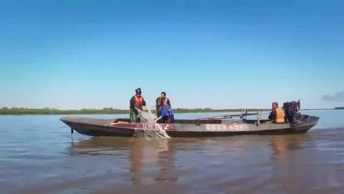 林彦俊和姜妍好不容易捕了几条鱼,发现是珍惜鱼类,只能不舍放生