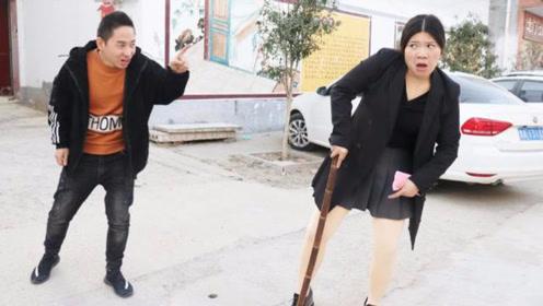 搞笑短剧:美女不想去同学聚会,结果路边遇男同学扶着走,太逗了