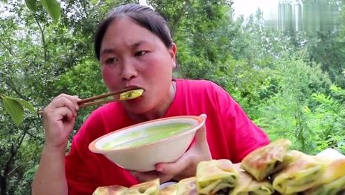 韭菜的这种吃法你见过吗,胖妹可真是会吃,这道美食外酥里嫩一次吃过瘾!