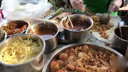 在山东买早餐小吃,炖1大锅五花肉、豆皮!5元一份很火爆,老顾客排队