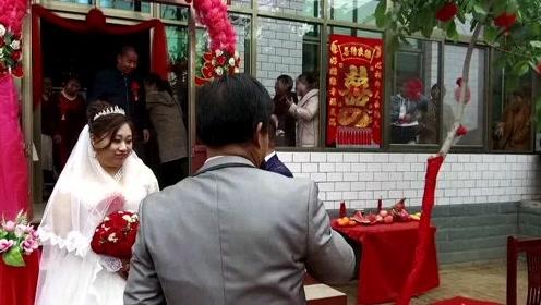农村婚礼就是这么搞笑,新娘改口都能惹人大笑