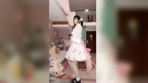 最近这位双马尾小姐姐火了,自拍舞蹈的样子真