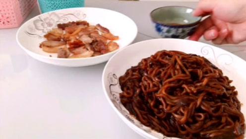 韩式炸酱面原来是这个味道,再搭配香煎五花肉,方便快捷还解馋