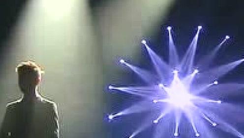 何炅现场深情翻唱《白天不懂夜的黑》台下观众直接听哭