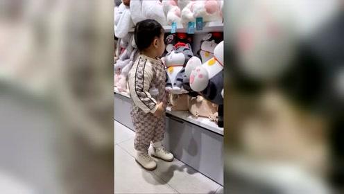 闺女第一次去玩具店,小姨发来一段视频,这丫头也有害怕的时候!