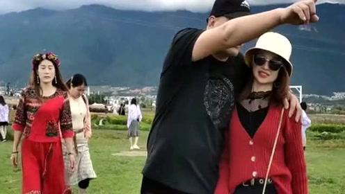 小伙带情人去旅游,不料被老婆盯上,看到老婆后小伙像变了个人!