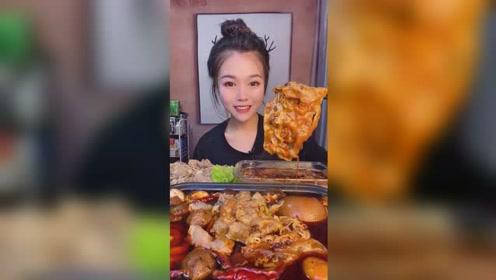 萱萱开饭了,肥牛火锅吃得津津有味的,好有食欲呀