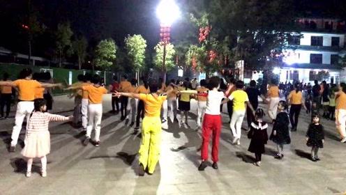 一群小朋友,混进大妈中跳舞,广场立马热闹起