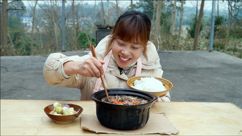 秋妹今天吃葱香牛舌,先炒香再用砂锅慢炖,鲜香入味超过瘾