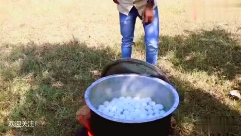 印度美食:三哥们野外聚餐煮的锅辣咖喱炖蛋,颜色很奇怪!
