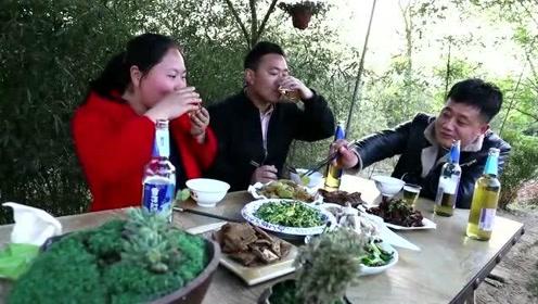 家里来啥贵客?胖妹忙活半天,7个菜堆满桌,大口喝酒吃肉,过瘾