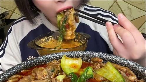 小鱼开饭了,肥牛火锅蘸辣椒油吃得太香了,看得我都饿了