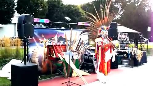 印第安大师街头卖艺 民族音乐吹的真好听
