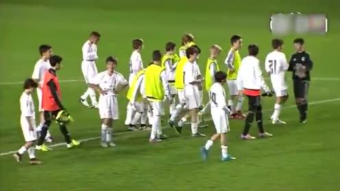 一群中小学生像职业球员一样在踢比赛,卧槽,