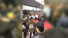 《我们十七岁》拍摄间歇 郭富城在站台带领观众起舞