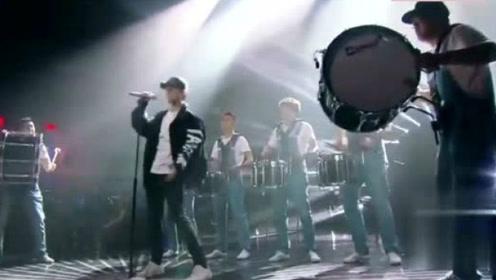 我是歌手:张杰演唱摇滚歌曲《We Will Rock You》军鼓伴奏!歌迷欢呼